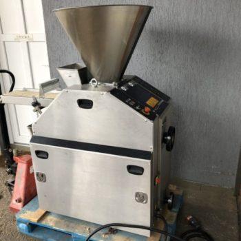 Dugattyús kenyérosztó gép